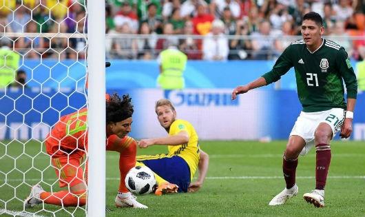 Tình huống cầu thủ Mexico Edson Alvarez đá phản lưới nhà.