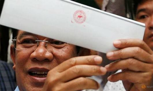 Thủ tướng Campuchia Hun Sen đi bỏ phiếu.