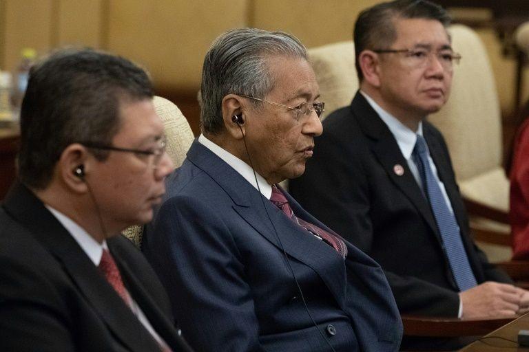 Thủ tướng Malaysia Mahathir (ngồi giữa) đang thăm Trung Quốc.