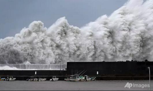 Những con sóng cao ập vào đê chắn sóng tại cảng Aki, tỉnh Kochi, miền tây Nhật Bản ngày 4/9.