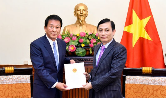 Thứ trưởng Lê Hoài Trung đã trao Quyết định gia hạn nhiệm kỳ Đại sứ đặc biệt Việt Nam – Nhật Bản cho ông Ryotaro Sugi