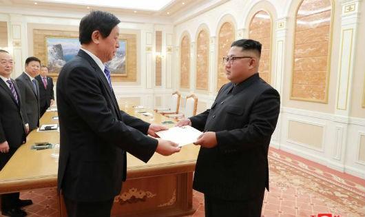 Chủ tịch Quốc hội Trung Quốc Lật Chiến Thư gặp nhà lãnh đạo Triều Tiên Kim Jong-un.