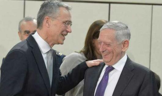 Tổng thư ký NATO Jens Stoltenberg và Bộ trưởng Quốc phòng Mỹ James Mattis.