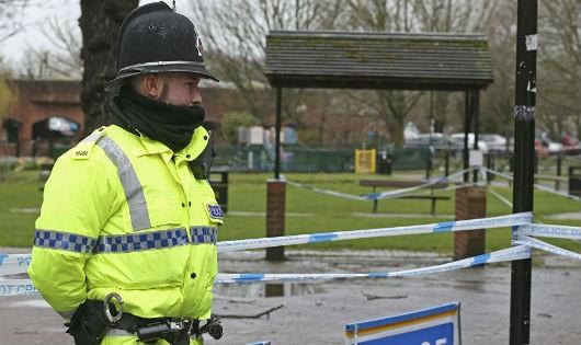 Cảnh sát Anh tại hiện trường vụ việc.