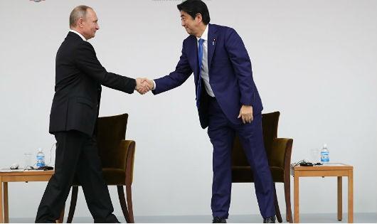 Tổng thống Nga Putin và Thủ tướng Nhật Abe tại cuộc gặp hồi tháng 9.
