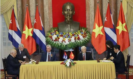 Tổng Bí thư, Chủ tịch nước Nguyễn Phú Trọng và Chủ tịch Hội đồng Nhà nước và Hội đồng Bộ trưởng nước Cuba Miguel Mario Diáz Canel chứng kiến đại diện hai nước ký văn kiện hợp tác. Ảnh: VGP