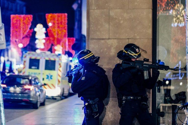 Cảnh sát Pháp đang truy bắt nghi phạm.