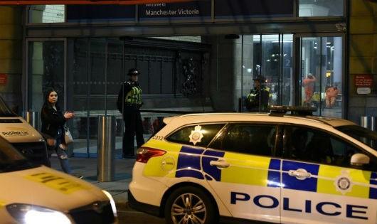 Cảnh sát Anh tại hiện trường vụ tấn công tại ga tàu Victoria ở thành phố Manchester.