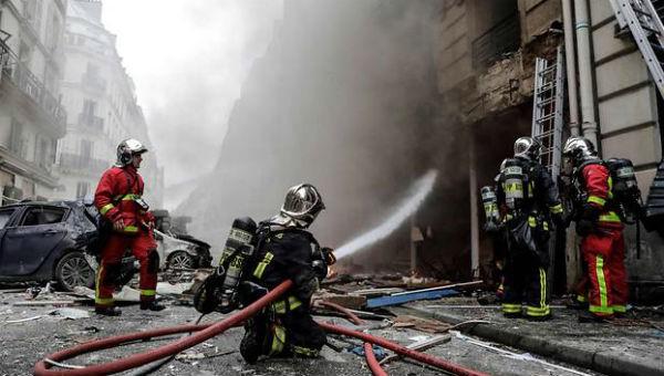 Các nhân viên cứu hỏa nỗ lực dập tắt đám cháy.