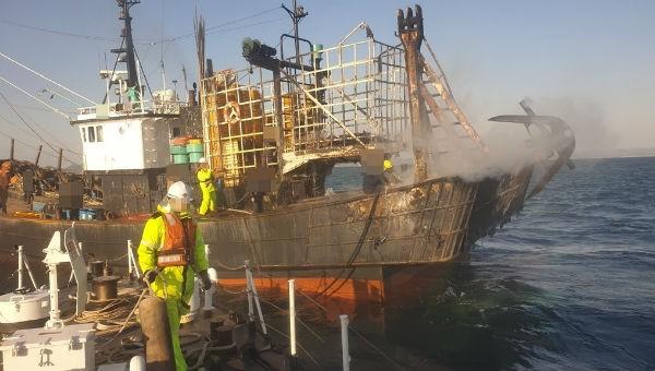 Con tàu bị cháy.