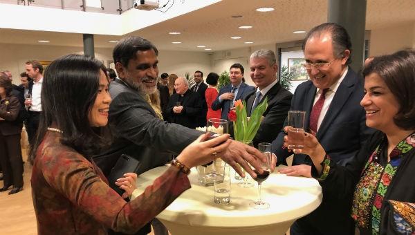 Đại sứ Ngô Thị Hòa chụp ảnh và giao lưu cùng khách mời.