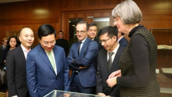 Phó Thủ tướng, Bộ trưởng Bộ Ngoại giao Phạm Bình Minh trong chuyến thăm Đức.