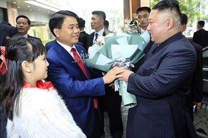 Chủ tịch UBND TP Hà Nội Nguyễn Đức Chung tặng hoa chào mừng ông Kim Jong Un