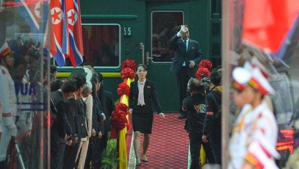 Bà Kim Yo Jong xuống tàu kiểm tra. Ảnh: Zing.