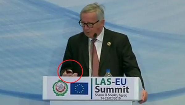 Chủ tịch Ủy ban châu Âu Jean-Claude Juncker nghe điện thoại của vợ.