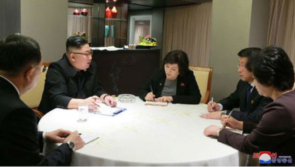 Hai phụ nữ Chủ tịch Kim Jong Un gặp ngay sau khi đến Việt Nam là ai?