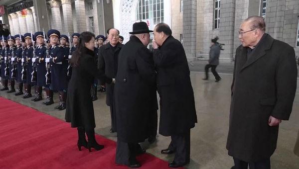 Hình ảnh do đài KCTV của Triều Tiên công bố hồi tháng 1 cho thấy ông Pak Pong-ju đang thì thầm với Chủ tịch Kim Jong-un trong lễ đón ông Kim từ Trung Quốc trở về.