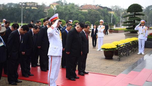 Đoàn vào viếng Lăng Chủ tịch Hồ Chí Minh.