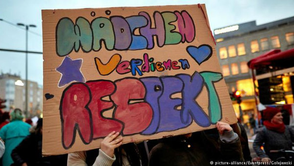 """Phụ nữ Berlin với tẩm biển có khẩu hiệu """"Những cô gái xứng đáng được tôn trọng"""" trong một cuộc tuần hành ngày 8/3 năm 2018."""