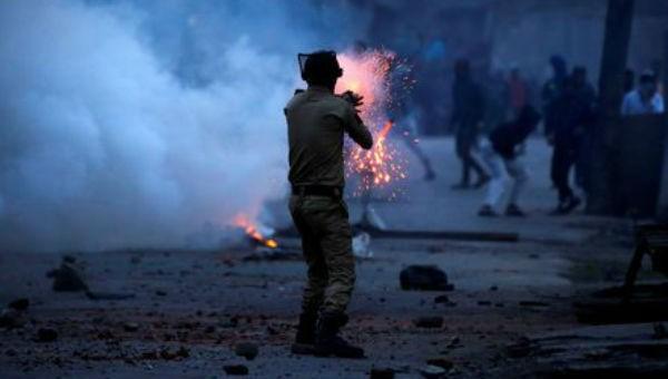 Cảnh sát Ấn Độ bắn hơi cay trong một cuộc biểu tình ở Kashmir