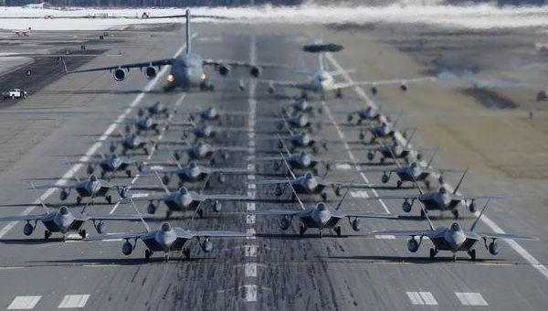 24 máy bay 'kẻ săn mồi' F-22 Mỹ trình diễn màn 'voi đi bộ' hoành tráng