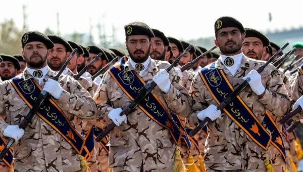 """Mỹ - Iran """"ăn miếng trả miếng"""", liệt quân đội đối phương là """"khủng bố"""""""