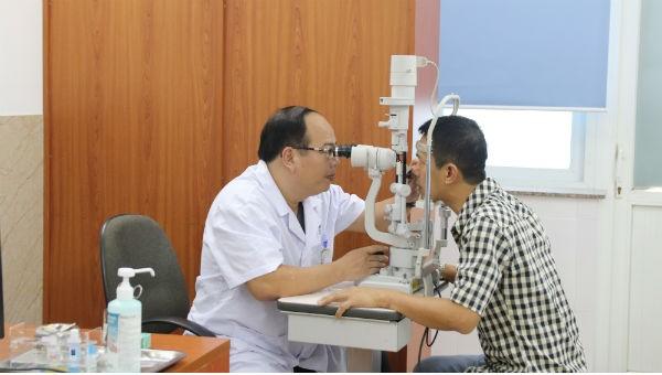 Bác sĩ Hoàng Cương đang thăm khám cho một bệnh nhân