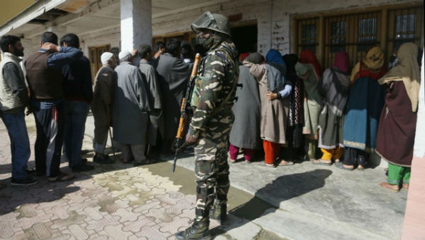 Người dân Ấn Độ tại một điểm bỏ phiếu.