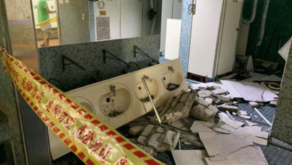 Đồ đạc bị rơi vỡ do động đất.