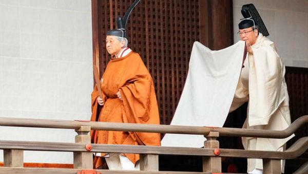 Nhật hoàng Akihito thực hiện nghi lễ thoái vị.