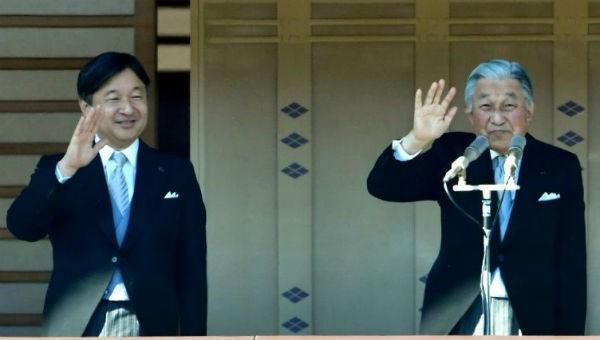 Thái tử Naruhito (bên trái) và Nhật hoàng Akihito.