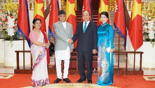 Thủ tướng Nguyễn Xuân Phúc và Thủ tướng Nepal Sharma Oli cùng các Phu nhân. Ảnh: VGP