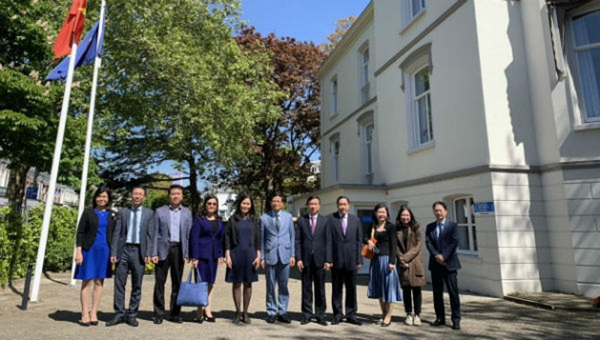 Đoàn thăm Đại sứ quán Việt Nam tại Hà Lan