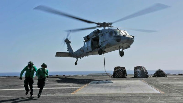 Máy bay trực thăng MH-60S Sea Hawk của hải quân Mỹ trên tàu sân bay USS Abraham Lincoln mà Mỹ đã điều tới khu vực Vùng Vịnh.
