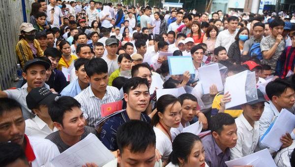 Hàng ngàn người xếp hàng chờ lấy số nộp hồ sơ visa tại Hà Nội hồi đầu tháng 4 vừa qua. Ảnh: VTC News