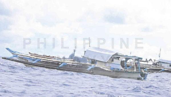 Tàu Philippines bị hư hại sau khi được trục vớt.