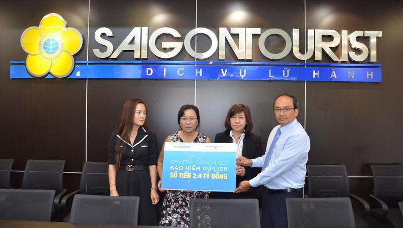 Đại diện Lãnh đạo Lữ hành Saigontourist và Bảo hiểm Bảo Việt gặp gỡ, thăm hỏi mẹ và chị họ của hướng dẫn viên Nguyễn Trọng Tiến tại trụ sở Công ty Dịch vụ Lữ hành Saigontourist ngày 3/7