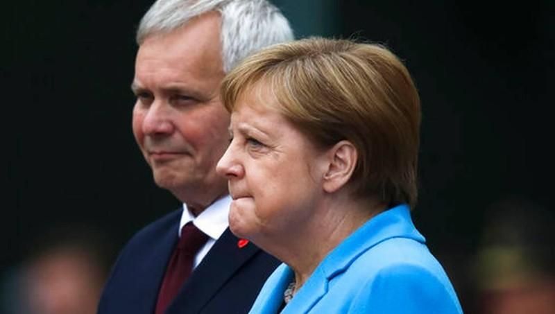 Bà Merkel tại lễ đón Thủ tướng Phần Lan.