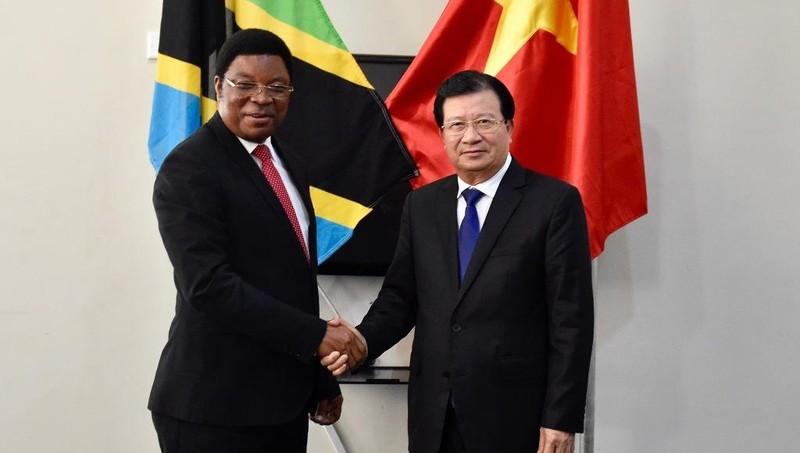 Phó Thủ tướng Chính phủ Trịnh Đình Dũng hội đàm với Thủ tướng Tanzania Majaliwa Kassim Majaliwa. Ảnh: VGP