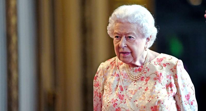 Hé lộ những món đồ trong túi xách của Nữ hoàng Anh
