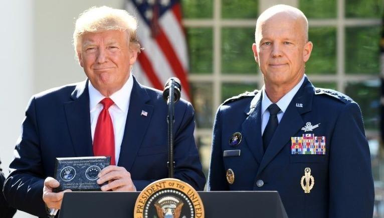 Ông Trump và Tướng John Raymond.