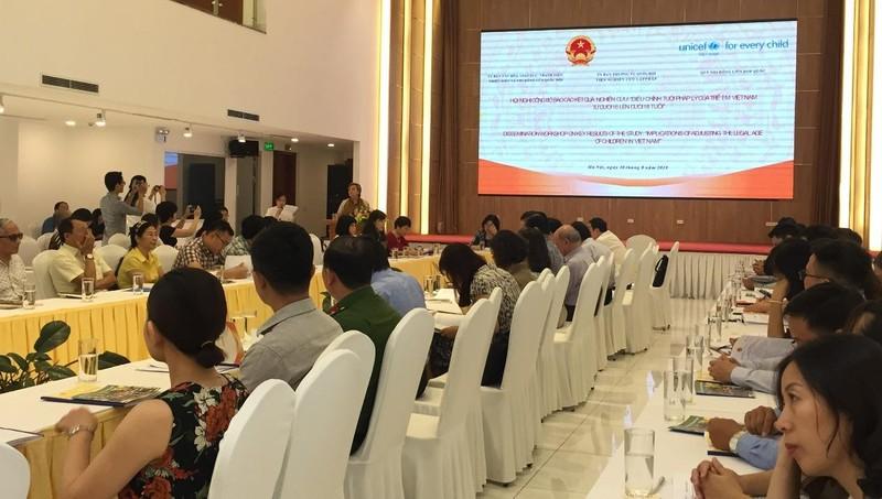Các đại biểu cho ý kiến tại hội nghị.