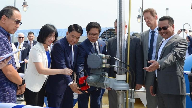Các đai biểu thực hiện nghi thức khởi động tay quay van nhận nước để chính thức khánh thành giai đoạn 1 dự án.