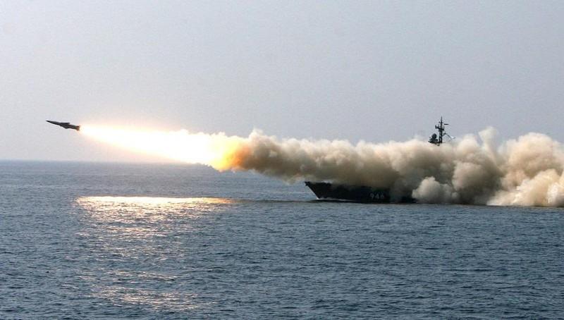 Máy bay, tàu chiến Nga dữ dội nã tên lửa chống kẻ thù trên biển