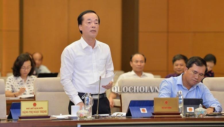 Bộ trưởng Bộ Xây dựng Phạm Hồng Hà trình bày tờ trình tại phiên họp.
