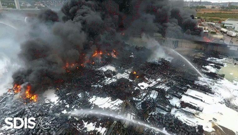 Pháp cấm thu hoạch mùa màng gần nhà máy hóa chất bị hỏa hoạn