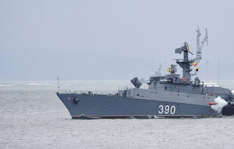 Tàu chiến Nga tham gia tập trận.