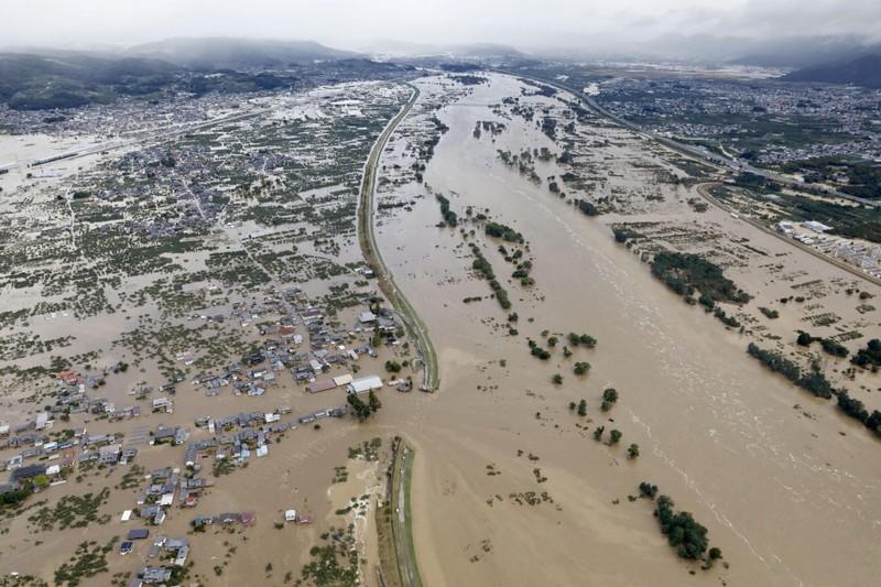 Những ngôi nhà ngập trong nước do bão.