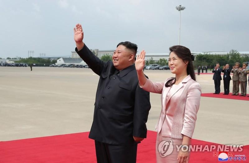 Nhà lãnh đạo Triều Tiên và Phu nhân tiễn Chủ tịch Trung Quốc hồi tháng 6 vừa qua.