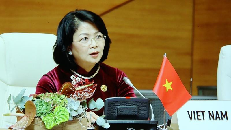 Phó Chủ tịch nước Đặng Thị Ngọc Thịnh dự hội nghị.